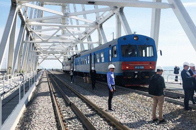 Тепловоз на железнодорожной части Крымского моста, 24 сентября 2019 года