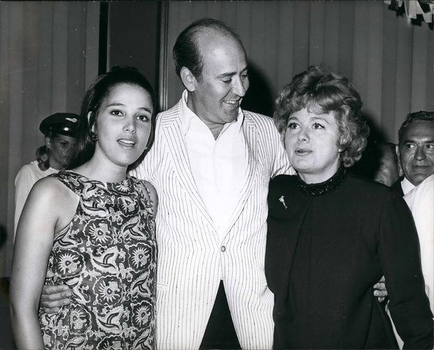 Карл Райнер и актрисы Джанет Марголин и Шелли Уинтерс во время премьеры фильма «Выход со смехом» в Нью-Йорке, 1967 год