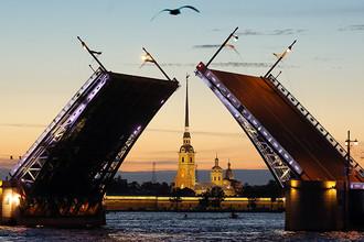 Вид на разведенный Дворцовый мост и Петропавловскую крепость