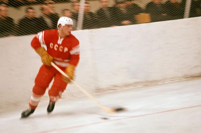 Нападающий «Спартака» и сборной команды СССР по хоккею Евгений Зимин во время игры, 1966 год