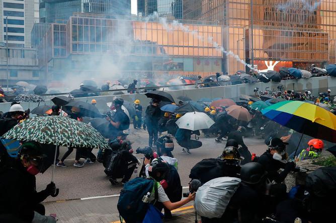 Полиция Гонконга применила слезоточивый у местного штаба Народно-освободительной армии Китая, чтобы разогнать антиправительственных демонстрантов, 31 августа 2019 года