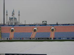 Газон Центрального стадиона укрыт покрывалом от холодов