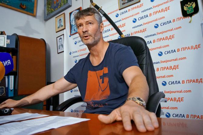 Евгений Ройзман во время общения с журналистами в своем рабочем кабинете
