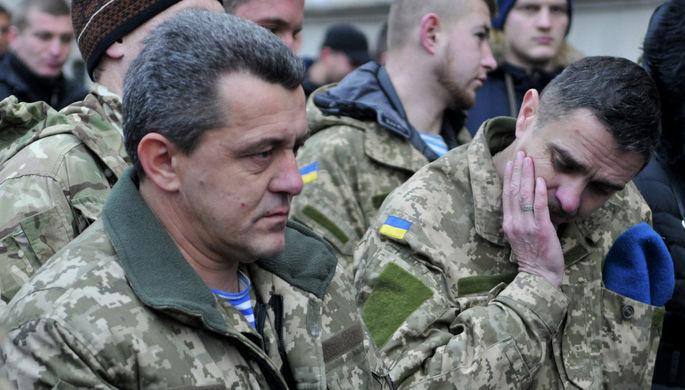 Украинские военные, принимавшие участие в боевых действиях на Донбассе, во время акции протеста у здания Львовской администрации, 2015 год
