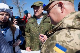 Представители России и Украины в СЦКК во время встречи с представителями ОБСЕ в поселке Широкино, март 2015 года