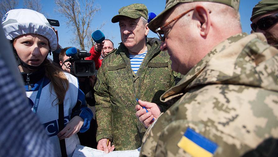 Представители России и Украины в СЦКК во время встречи с представителями ОБСЕ в поселке Широкино...