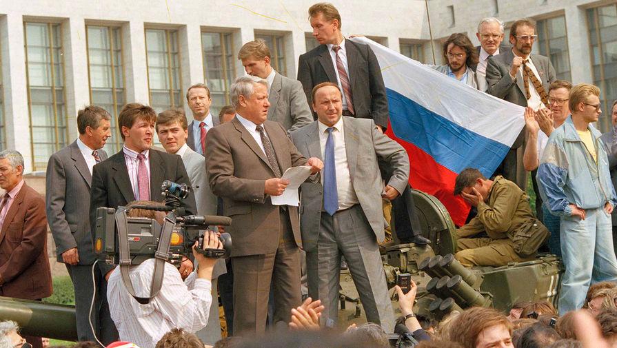 Президент России Борис Ельцин со сторонниками на броне танка у здания Верховного Совета РСФСР во время августовского путча, 1991 год