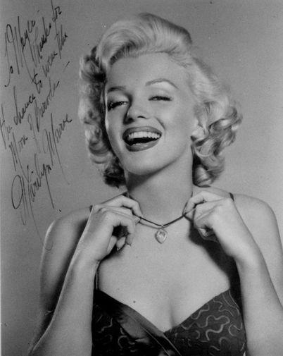 В 17 лет Норму Джин заметило модельное агентство. Девушка перекрасила волосы в платиновый цвет и взяла фамилию Бейкер. На рекламном снимке Мэрилин Монро с алмазом «Луна Бароды», который она носила в фильме «Джентльмены предпочитают блондинок» (1953)