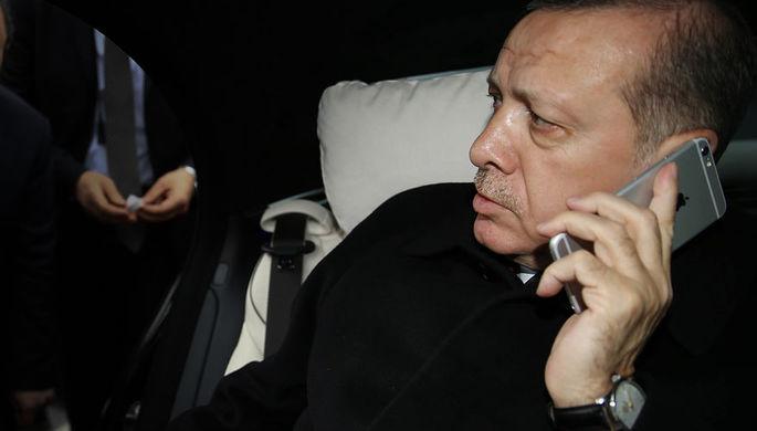 Президент Турции Реджеп Тайип Эрдоган разговаривает по телефону