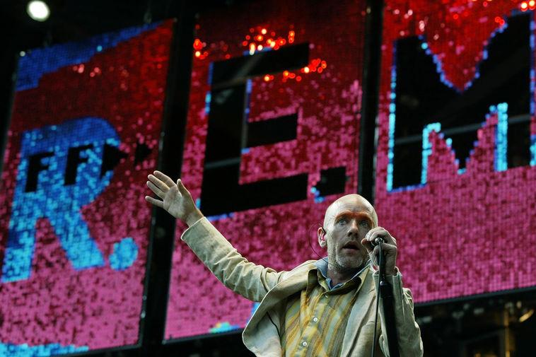 Солист группы R.E.M. Майкл Стайп во время выступления в Гамбурге, 2003 год