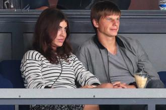Андрей Аршавин и Алиса Казьмина на трибуне стадиона Ледового дворца, 2013 год
