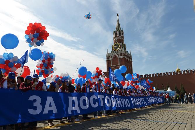 Участники первомайской демонстрации на Красной площади в Москве, 1 мая 2017 года