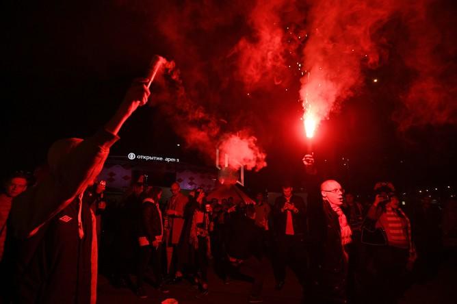 Болельщики «Спартака» устроили перформанс около стадиона «Открытие Арена» в связи с досрочной победой в чемпионате России