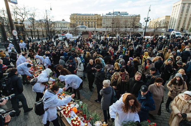 Акция памяти погибших при пожаре в ТЦ «Зимняя вишня» в Кемерово на Манежной площади в Москве, 27 марта 2018 года