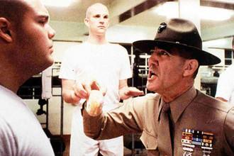 Актер Ли Эрмей в роли сержанта Хартман и Винсент Д'Онофрио в роли рядового Кучи в фильме Стэнли Кубрика «Цельнометаллическая оболочка» (1987)
