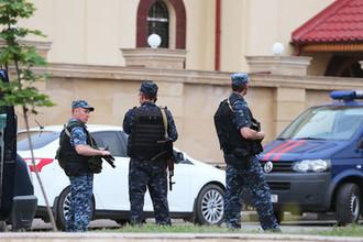 Сотрудники правоохранительных органов у церкви Архангела Михаила в центре Грозного, 19 мая 2018 года