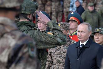 Президент России Владимир Путин и министр обороны на полевом смотре войск забайкальского полигона «Цугол» во время военных маневров «Восток-2018», 13 сентября 2018 года