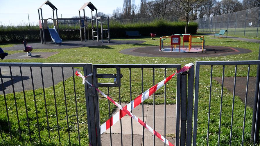 Закрытая детская площадка в Лондоне, 24 марта 2020 года