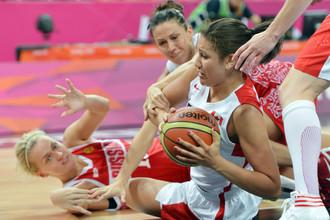 С мячом канадская баскетболистка Натали Ачонва