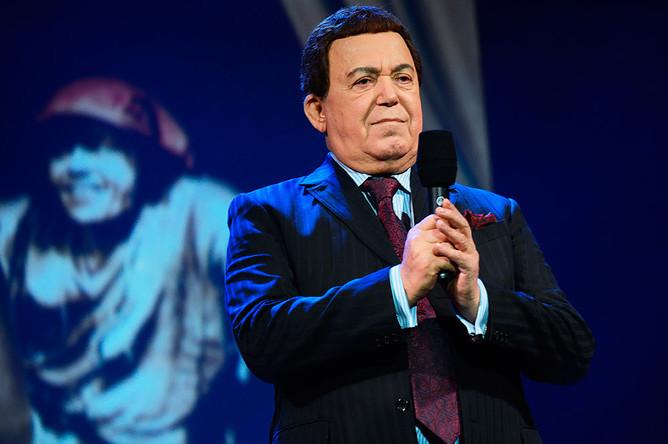 Певец Иосиф Кобзон выступает на юбилейном вечере в честь 70-летия актера Николая Караченцова в «Ленкоме»
