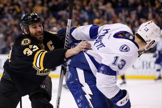 Капитан «Бостона» Здено Хара (слева) начинает драку с форвардом «Тампы» Седриком Паккетом