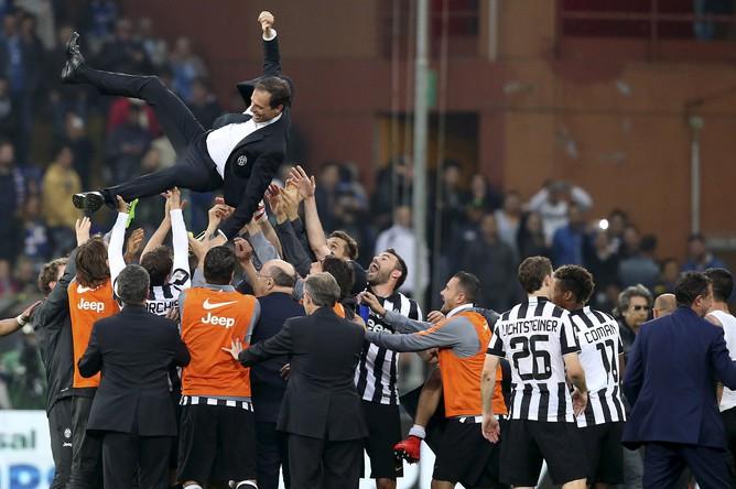 Футболисты «Ювентуса» качают главного тренера Массимилиано Аллегри, который привел команду к четвертой кряду победе в чемпионате Италии