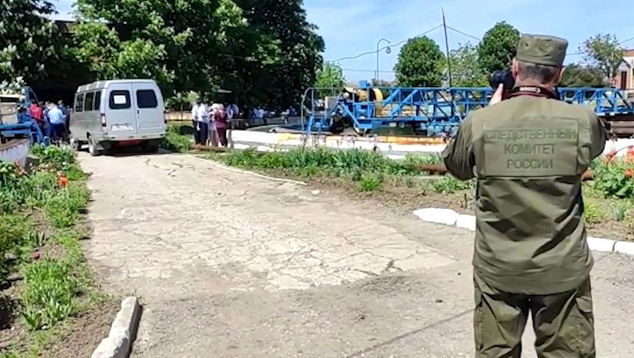 Сотрудник следственного комитета РФ во время работы на месте ЧП на очистных сооружениях под Таганрогом, 21 мая 2021 года