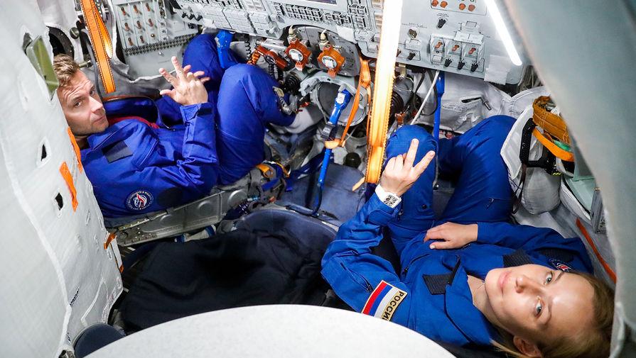 Актриса Юлия Пересильд и режиссер Клим Шипенко во время тренировки на тренажере ТДК-7СТ4 перед полетом на МКС в Центре подготовки космонавтов им. Ю.А. Гагарина, 26 мая 2021 года
