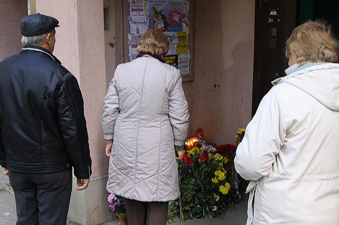 Цветы и свечи у подъезда дома в Донецке, в котором при взрыве в лифте погиб командир одного из подразделений ополчения ДНР Арсен Павлов, известный под позывным Моторола
