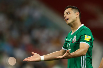 Лидер сборной Мексики Хавьер Эрнандес Чичарито возмущается решением судьи в полуфинальном матче Кубка конфедераций против команды Германии
