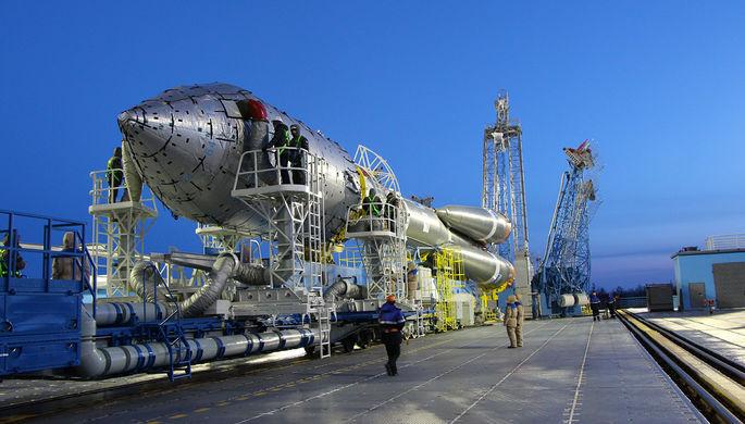 Установка ракеты-носителя «Союз-2.1а» на стартовой площадке космодрома...