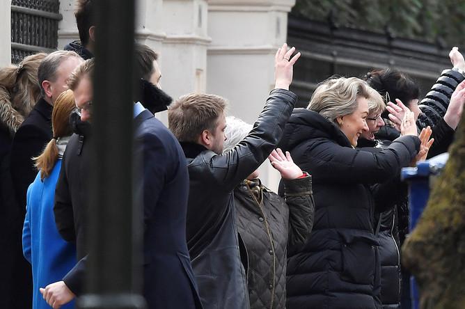 Сотрудники российского посольства во время прощания с коллегами в Лондоне, 20 марта 2018 года