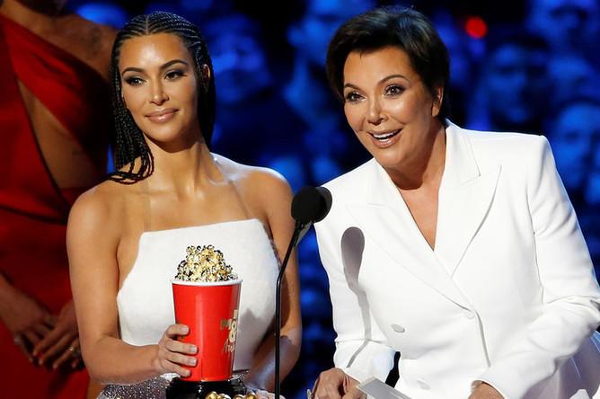 Звезды реалити-шоу Ким Кардашьян и Крис Дженнер получают награду за лучшее реалити-шоу