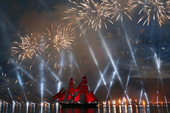 Шведский парусник Tre Kronor под алыми парусами на празднике выпускников «Алые паруса- 2018» в Санкт-Петербурге