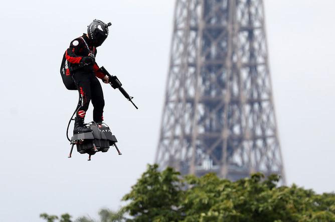 Франки Запата около Эйфелевой башни во время парада в честь Дня взятия Бастилии в Париже, 14 июля 2019 года