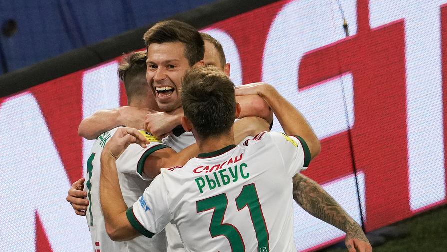 игроки «Локомотива» празднуют гол в матче с ЦСКА