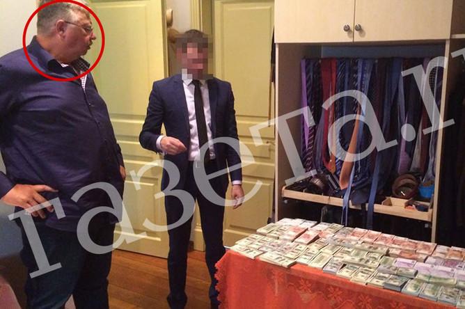 Глава ФТС РФ Андрей Бельянинов (слева) во время обысков в своем загородном доме, 26 июля 2016 года