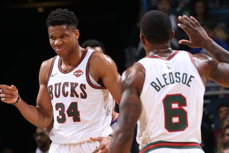 Баскетболисты «Милуоки Бакс» Яннис Адетокунбо и Эрик Бледсо