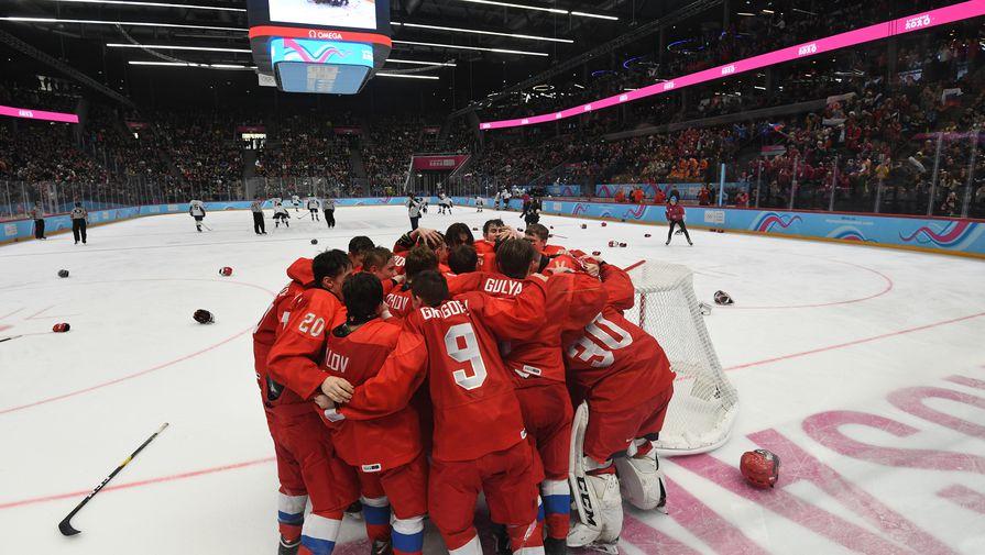 Игроки юниорской сборной России радуются победе в финальном матче по хоккею среди юношей между сборными командами России и США на III зимних юношеских Олимпийских играх 2020 в швейцарской Лозанне.