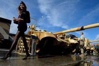 На экспозиции Уралвагонзавода представлено более 50 единиц военной техники: танки Т-72Б3, Т-90МС, боевая машина поддержки танков БМПТ-72 «Терминатор-2» и другая техника