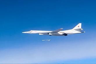 Запуск крылатой ракеты со стратегического бомбардировщика-ракетоносца Ту-160 Военно-космических сил России по объектам инфраструктуры ИГ в Сирии, 2015 год