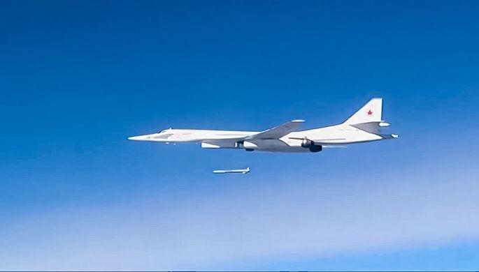 Запуск крылатой ракеты со стратегического бомбардировщика-ракетоносца Ту-160 Военно-космических сил...
