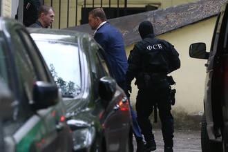 Губернатор Кировской области Никита Белых в сопровождении сотрудников ФСБ у здания Басманного суда перед рассмотрением вопроса об избрании меры пресечения, 25 июня 2016 года