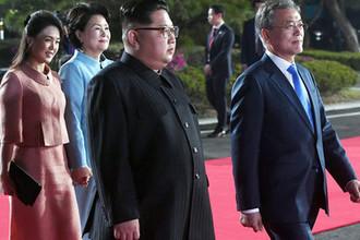 Лидеры КНДР и Южной Кореи Ким Чен Ын и Мун Джэин, и первая леди Северной Кореи Ли Соль Чжу во время встречи в демилитаризованной зоне, 27 апреля 2018 года