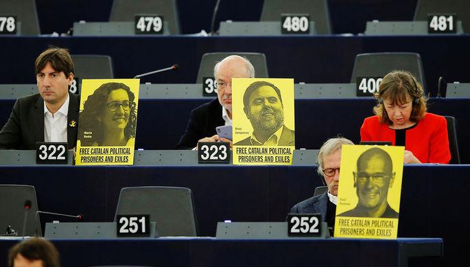 Плакаты в защиту каталонских политиков во время выступления испанского премьера Педро Санчеса в Европарламенте, январь 2019 года