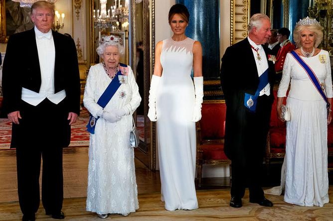 Президент США Дональд Трамп, королева Елизавета II, первая леди США Меланья Трамп, принц Чарльз и его супруга Камилла, герцогиня Корнуольская перед началом королевского ужина в Букингемском дворце, 3 июня 2019 года