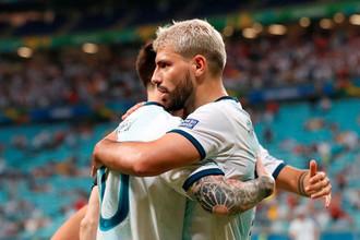 Игроки сборной Аргентины Лионель Месси и Серхио Агуэро в матче против Катара на Кубке Америки — 2019.