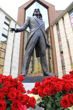 Памятник оперному певцу Дмитрию Хворостовскому в сквере на нижнем ярусе Сибирского государственного института искусств в Красноярске, 23 сентября 2019 года