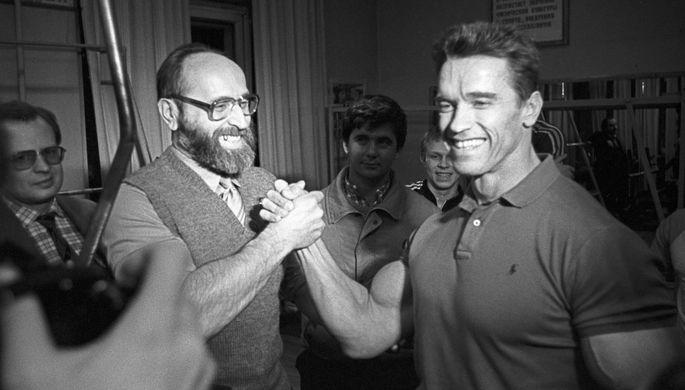Встреча Арнольда Шварценеггера со своим кумиром, выдающимся советским тяжелоатлетом Юрием Власовым в период съемок фильма «Красная жара» в Москве, 1988 год