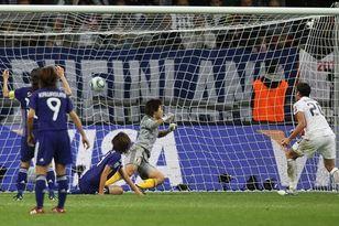Эбби Уомбах забивает гол в ворота сборной Японии